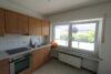 Helles 1-Zimmer-Apartment mit Einbauküche und ca. 13 m² großer Loggia im Ortskern von Lank-Latum! - Wohnküche Ansicht 2